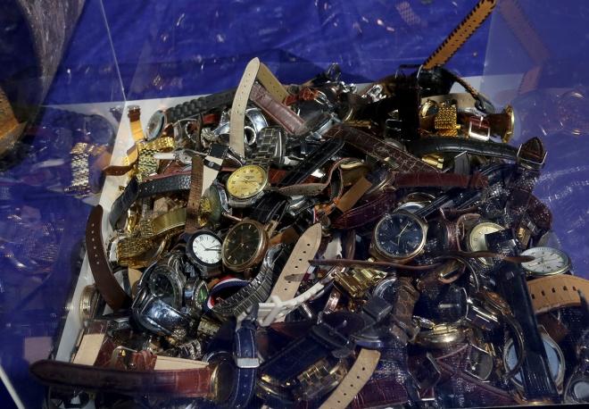 Tiêu hủy hàng trăm đồng hồ nhái tại Hà Nội
