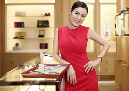Fan choáng Á hậu Phương Lê vì đam mê đồng hồ bạc tỷ