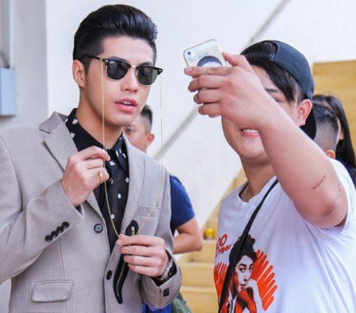 Noo Phước Thịnh đeo đồng hồ hơn 100 triệu tại sự kiện