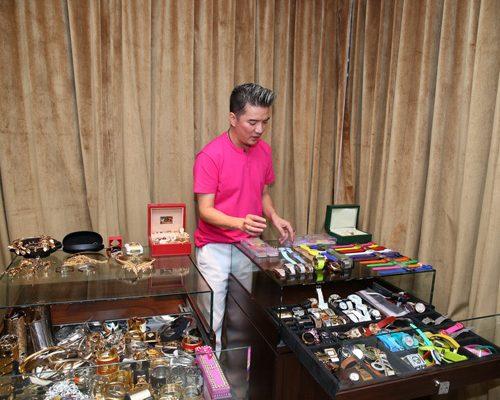 Ngắm bộ sưu tập đồng hồ đeo tay tiền tỷ của Đàm Vĩnh Hưng